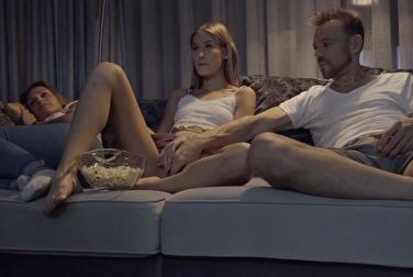 Отец лезет в киску дочери, пока мама увлечённо смотрит фильм->